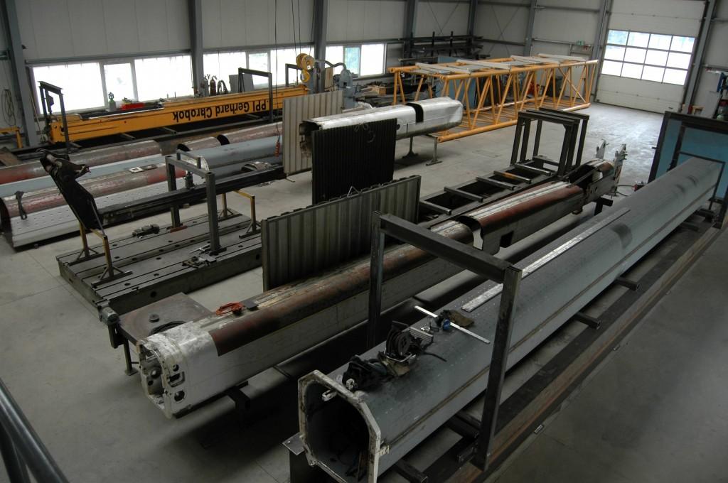 Stahlbauhalle mit Schweißtischen hoher Spannkraft für Fertigung bzw. Reparatur von Kranauslegern
